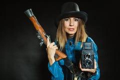 Steampunk com a câmera e a pistola retros velhas fotos de stock royalty free