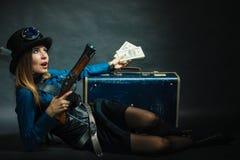 Steampunk flicka med kassa royaltyfria bilder