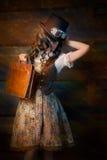 Steampunk flicka med läderportföljpåsen Royaltyfri Bild