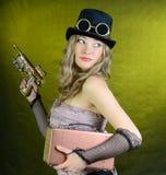 Steampunk kvinna med vapnet. Arkivfoton