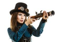 Steampunk kvinna som rymmer ett vapen isolerat Royaltyfri Foto
