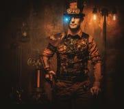 Steampunk mężczyzna z pistoletem na rocznika steampunk tle Fotografia Royalty Free