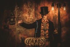 Steampunk mężczyzna z Tesla zwitką na rocznika steampunk tle Fotografia Stock