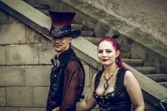 Steampunk regelman och kvinna arkivfoton