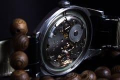 Steampunk-Weinlese mechanisch mit einem hölzernen Armband lizenzfreie stockbilder