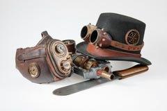 Steampunktoebehoren - hoed, beschermende brillen, kanon, masker en mes Stock Afbeeldingen