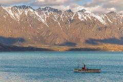 Steamship żeglowanie na jeziorze Zdjęcie Stock