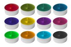 Stearinljus av olika färger i en metallgrund Garnering för en ferie bakgrund objects white Royaltyfri Bild