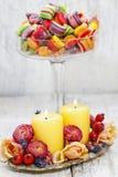 Stearinljus bland blommor - tabellgarnering Royaltyfria Foton