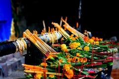 stearinljus blommar rökelse royaltyfri fotografi