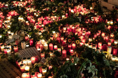 Stearinljus, blommor och beklagandemeddelanden på jul marknadsför in Arkivfoto
