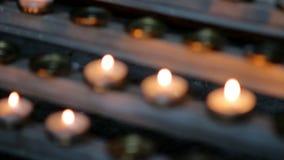 Stearinljus bränner nära altaret arkivfilmer