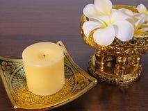 Stearinljus, färgvaror och tropiska blommor Royaltyfri Foto