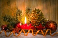 Stearinljus för Advent för julgarneringund Arkivbilder
