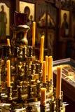 Stearinljus för altaret i kyrkan Arkivbilder