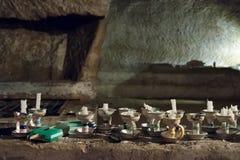 Stearinljus för besökare till Naples katakomber Royaltyfri Bild