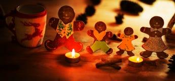 Stearinljus för julpepparkakamän med kanelbruna stjärnor Pine fattar julbollen Arkivfoton