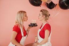 Stearinljus för kaka för bästa vän för födelsedagberömparti royaltyfri fotografi