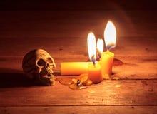 Stearinljus för selektiv fokus, skalle på wood bakgrund Royaltyfri Foto