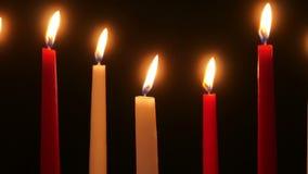 Stearinljus fladdrande i mörkret arkivfilmer