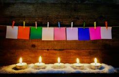 Stearinljus flamma med papernote på trä för julgarnering Fotografering för Bildbyråer