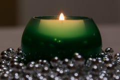 Stearinljus flamma och pärlor Arkivfoto