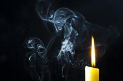 Stearinljus flamma, rök Arkivbilder