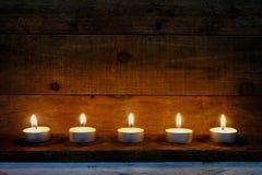 Stearinljus flamma som är dekorativ på julfestival Arkivfoto