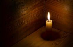 Stearinljus flamma, trä Royaltyfria Bilder