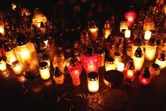 Stearinljus flammor på graven under all helgons dag, Polen Royaltyfri Foto