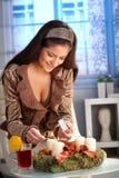 Stearinljus för kvinnabelysningadvent Royaltyfri Bild