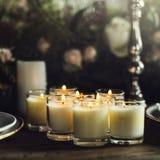 Stearinljus gör ljusare upp på tabellen för mottagandet som äter middag i restaurang Royaltyfria Foton
