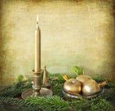 Stearinljus, guld- äpplen, kanel och granfilialer Arkivfoto