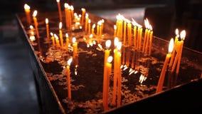 Stearinljus i Armenien kyrktar religionen, stearinljuset, jul, flamman, ljus, levande ljus, klosterbrodern, andlighet, kristendom lager videofilmer