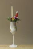 Stearinljus i champagneexponeringsglas med julgarnering Fotografering för Bildbyråer