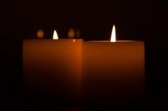 Stearinljus i darken Arkivbilder
