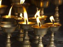 Stearinljus i den buddistiska templet arkivbild