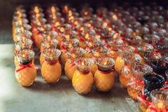 Stearinljus i den buddistiska templet av Kek Lok Si i Malaysia royaltyfria foton