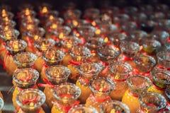Stearinljus i den buddistiska templet av Kek Lok Si i Malaysia arkivfoto