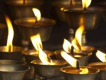 Stearinljus i den buddistiska templet av Nepal royaltyfria bilder
