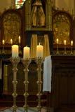 Stearinljus i det roman - katolsk kyrka i Gendringen Holland Arkivbild