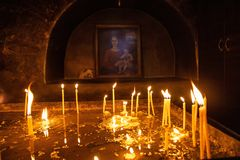 Stearinljus i en armenisk kristen kyrka royaltyfri foto