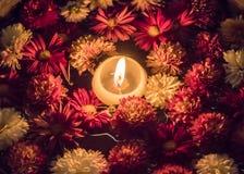 Stearinljus i en bunke mycket av blommor Royaltyfri Fotografi