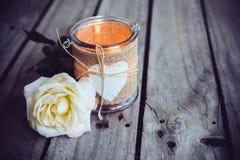 Stearinljus i en dekorativ krus Arkivbild