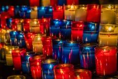 Stearinljus i en kyrka Arkivbild