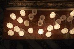 Stearinljus i en kyrka royaltyfri foto