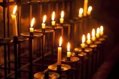 Stearinljus i en kyrka Arkivfoto