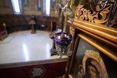 Stearinljus i en ortodox kristen kyrka arkivbilder