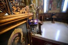 Stearinljus i en ortodox kristen kyrka royaltyfri fotografi