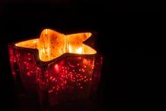 Stearinljus i en stjärna formad stearinljushållare Royaltyfri Fotografi